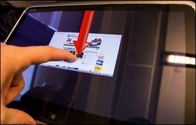 Har du åpnet en applikasjon kan du lukke den ved å dra fingeren fra toppen av skjermen. Vinduet vil så følge fingeren din helt til den kommer til bunnen av skjermen, og programmet lukkes.