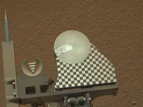 Robotarmen har lagt jordprøver på Curiositys observasjonsflate.