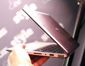 Asus VivoBook S200, fra høyre.