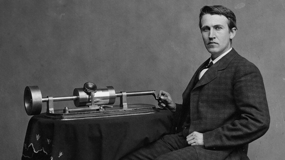Thomas Edison viser fram en av sine fonografer i 1878.