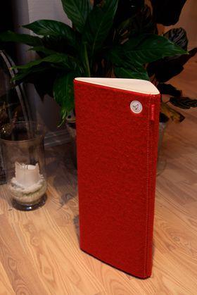 Høyttaleren er lett å flytte med seg rundt i huset. Vårt testeksemplar kom i rødt.