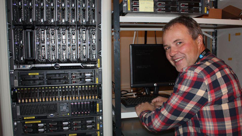 Knut Arne Strand jobber her med virtuelle maskiner  på industristandard-servere.