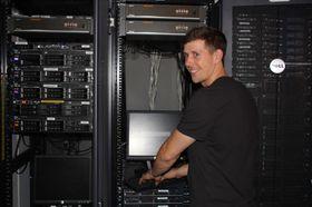 Tor Ivar Melling øver seg på serverparken.