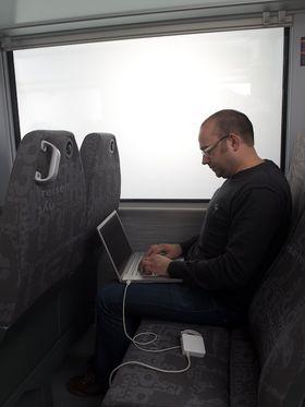 Det hjelper lite med strømuttak pa toget, når internett-forbindelsen er elendig.