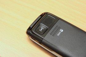 Alarmknappen på baksiden ringer opptil fem ulike telefonnummere, ett av gangen.