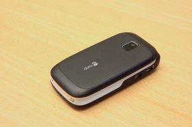 Slik ser telefonen ut når den er slått sammen. En gummiert overflate gjør at telefonen ligger godt i hånden.