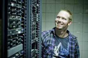 Håkon Tvedt trives i serverrommet.