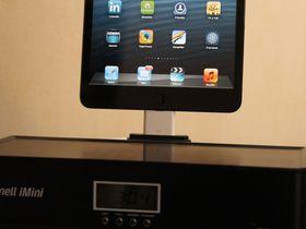 iPad mini kan spille på alle dockene vi har forsøkt ved hjelp av en adapter (den hvite dingsen på bildet).
