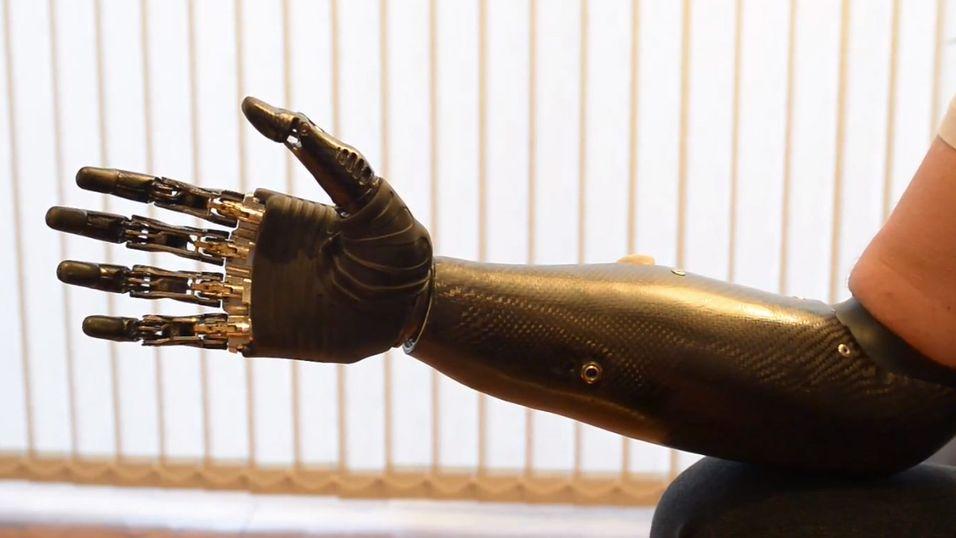Bebionic3 kan utføre en mengde kompliserte oppgaver, som å utføre håndtrykk, holde en penn, skrive på tastatur og hjelpe til på kjøkkenet.