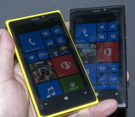 Lumia 920 kommer i mange forskjellige farger. Her er den gule og den svarte versjonen.