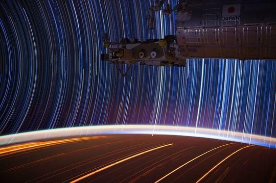 Star trails fra ISS, satt sammen fra flere lange eksponeringer.
