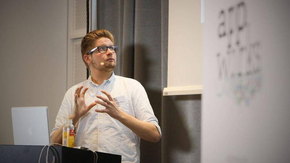 Dan Robert Ekrem fra Bekk fortalte om One Web – innhold på tvers av ulike plattformer og tjenester.