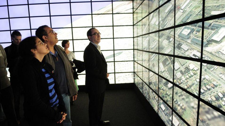Forbløffede tilskuere ser på den vanvittige oppløsningen på Reality Deck-systemet.