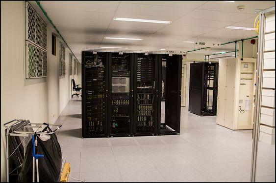 Serverrom som dette binder sammen bredbåndskunder og det store Internett. Skal du se på video, hjelper det om den mellomlagres her.