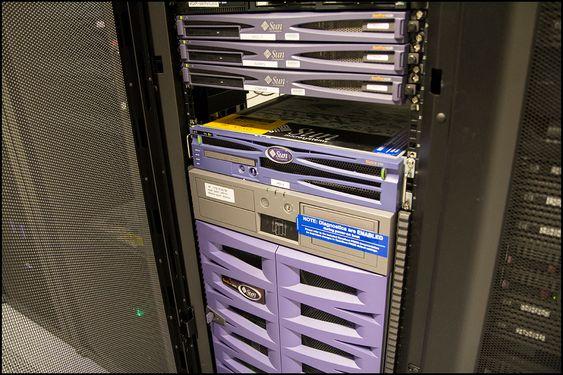 Netflix sine Open Connect-bokser monteres i slike serverskap, og har en formfaktor på 4 U – somn betyr at de tar opp fire ganger så mye plass som hver av de tynne enhetene øverst i dette bildet.
