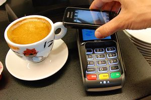 I framtida vil det være vanlig å betqale kaffen med mobilen.
