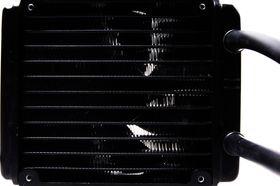 Radiatoren på Hydro H55 skrus sammen med en 120 mm vifte.