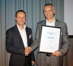Til venstre: Richard Skjærstad, salgssjef Partner i Telenor Business, til høyre: Martin Eikeland, grunnlegger og daglig leder av RefSports.