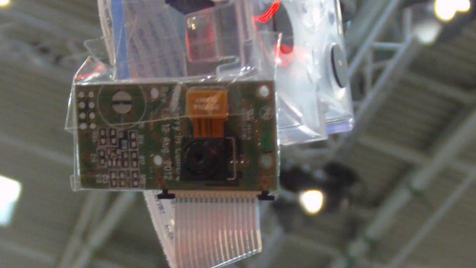 Her er det nye kamerakortet festet til Raspberry Pi med teip under messen Electronica 2012.