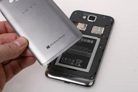 Bakdekselet til Samsung Ativ S er laget i plast, men har en tekstur som får det til å fremstå som børstet metall.