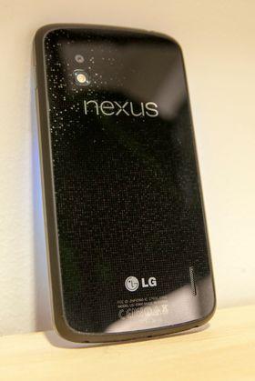 Baksiden av LG Nexus 4 er i glass, med et spraglete mønster som reflekterer lyset forskjellig alt etter hvordan du holder den.