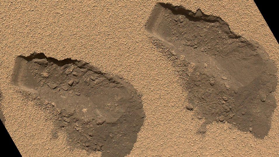 Curiosity etterlater seg flere gravemerker i sanden ved området «Rocknest» på Mars.