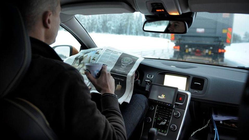 BILER SOM KJØRER SELV: Ta en dupp eller en kopp kaffe. Les avisen trygt og forsvarlig. Biler som automatisk følger en ledebil er kanskje ikke så langt fram i tid som man skulle tro.