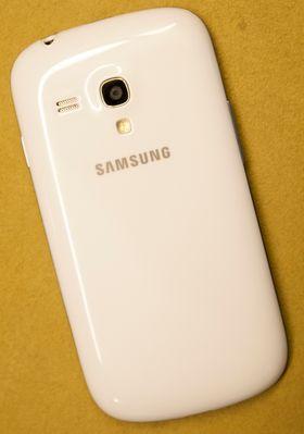 Slik ser Galaxy S III Mini ut på baksiden.