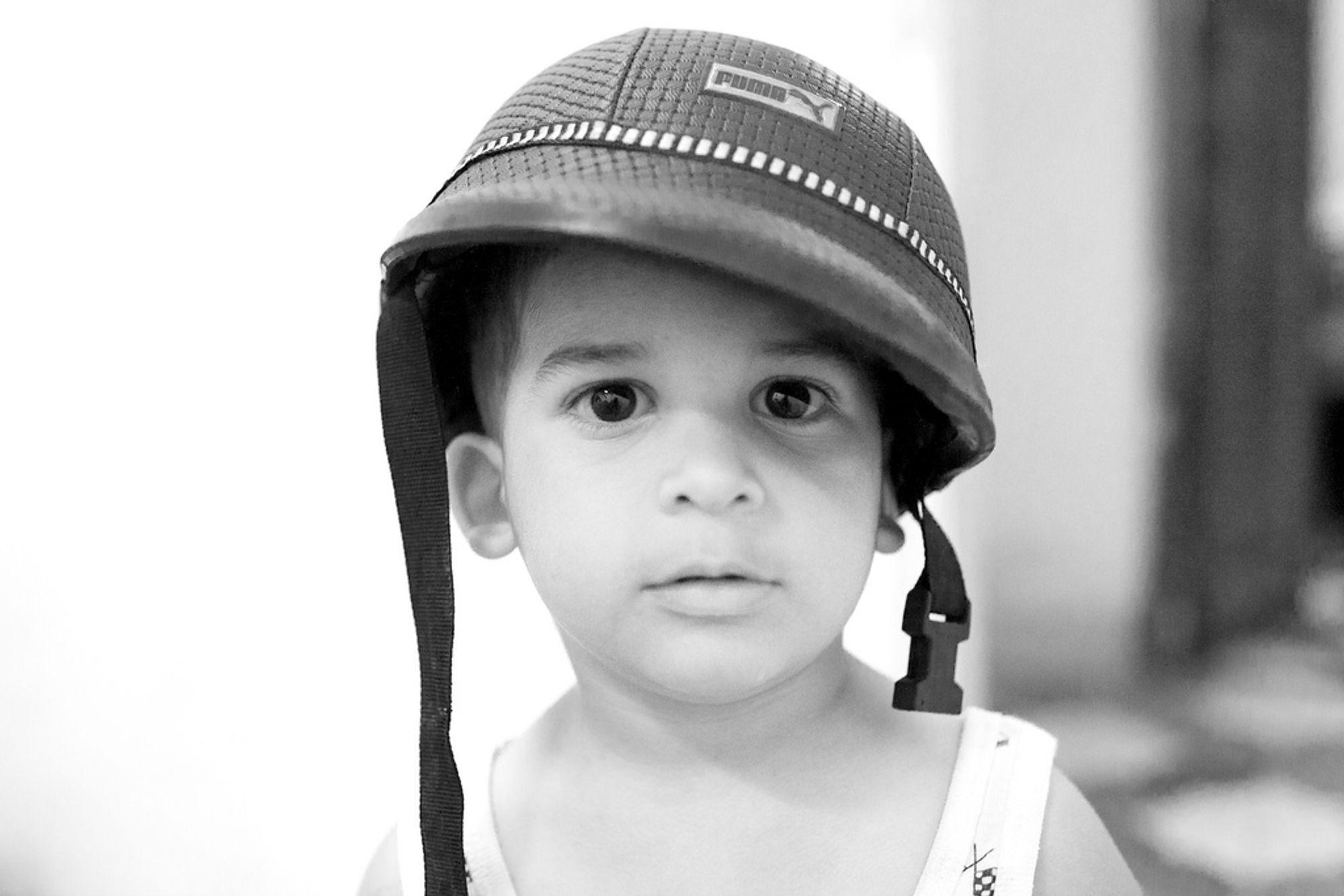 c99ab0cb I dette bildet er skyggene fra hjelmen til gutten over øynene lysnet opp i  etterbehandlingen.