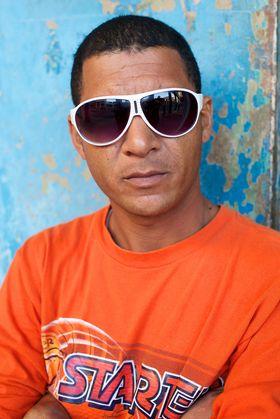 Mange fremmede har ingen ting i mot å bli portrettert så lenge man spørrer først, slik denne mannen som sto på skyggesiden av gaten i Havana.