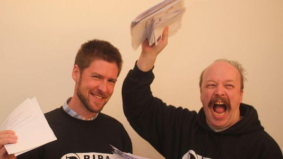 Styremedlem Øystein Sættem Middelthun og leder Geir Aaslid jubler over å ha nådd målet om 5000 underskrifter.