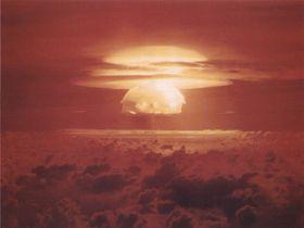 TSAR BOMBA: Soppskyen til verdens kraftigste bombe når 60.000 meter til værs, og trykkbølgen går tre ganger rundt jordkloden før den stilner.