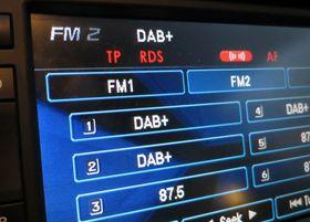 Bilen vår hadde FM-radio. Nå har den også DAB/DAB+ og håndfri over bilhøyttalerne.