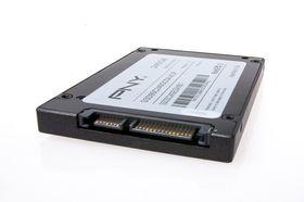 Slik ser SATA-tilkoblingene ut på en vanlig SSD – smal kontakt til datakabel, bred kontakt til strøm.