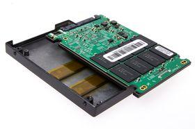 SSD-en har egne kjøleblokker til minnebrikkene.