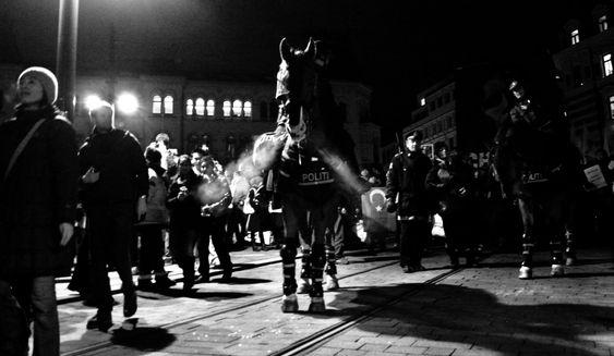 Pass deg for onkel politi - hestene deres er heller ikke noe man tuller med!