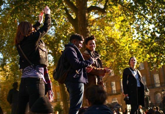 Fire smilende studenter på demonstrasjon i London 2010.