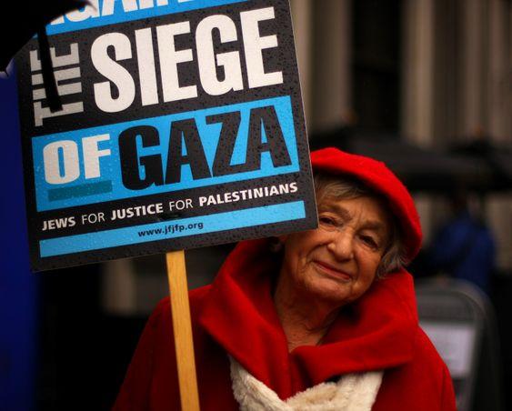 """""""Jews against the siege of Gaza"""" - denne søte gamle damen fant jeg på demonstrasjon i London i november 2012. Bildet er kanskje ikke et mesterverk, men motivet er spennende likevel. Uten øyekontakt hadde det ikke vært noe å se to ganger på."""