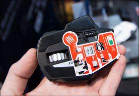 Den lille USB-dongelen har en egen plass under musen når den ikke er i bruk.