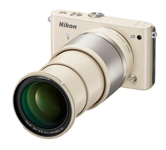 Beige Nikon 1 J3 med 1 Nikkor 10 - 100 mm.
