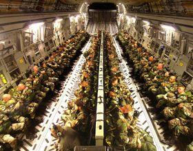 KLAR TIL HOPP: Lasterommet på en C-17 med fallskjermsoldater på vei til et treningshopp.