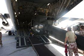 BELL I BUKEN: Oppdraget gikk ut på å bytte ut de norske Bell 412 helikopterne som gjorde tjeneste som ambulansehelikopter i Norwegian Aeromedical Detachement i Meymaneh.