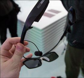 Ettersom de er aktive 3D-briller må de lades før bruk.