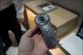 LG har sentrert alt av knapper du kan trenge rundt tommelområdet. .
