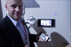 Christian Nilsson fra LG viser hvordan vi kunne sende bildet fra mobilen til kjøleskapsskjermen.