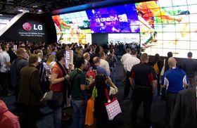 Bilde fra fjorårets CES-messe, der LG hadde en gigantisk 3D-TV.