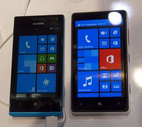 Skjermen på Ascend W1 imponerte oss ikke nevneverdig. Den fremstår som litt blass, og ikke spesielt lyssterk. Her er telefonen ved siden av Nokias Lumia 820.