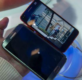 Ved siden av kjempen Galaxy Note II er Grand S relativt kompakt. Det er likevel en voksen mobiltelefon som du nok bør ha store hender for å trives med.