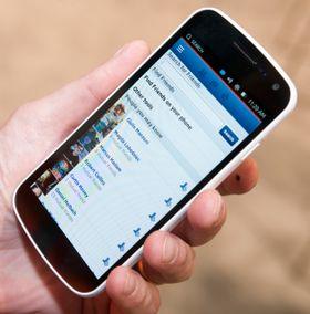 Facebook kjører som en web-app på Ubuntu slik det er i dag. Canonical gjør et stort poeng av at web-apper kan installeres sammen med vanlige apper i menyene. I realiteten kan du gjøre liknende ting, ved å plassere dem som snarveier på hjemmeskjermene også i Android og iOS.