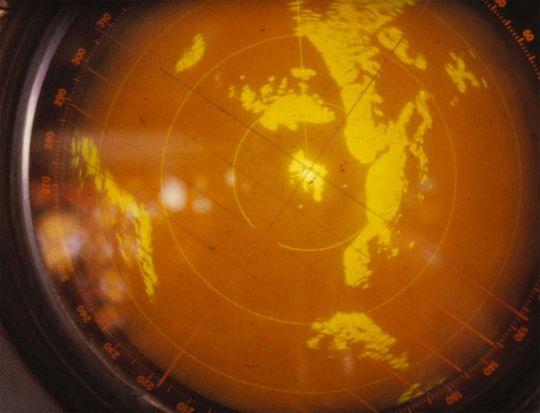 DUKKER OPP PÅ RADAR: Dette bildet viser at det også dukker opp «noe» på radar i forbindelse med lysene i Hessdalen. Du kan se de mørke, klare objektene til høyre for radarens sentrum.